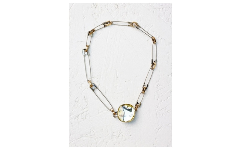 PEBBLES NECKLACE IN HONEY RESIN & BRASS